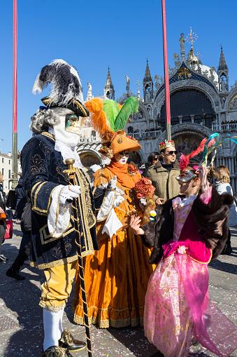 Maskers Genieten Van Een Zonnige Dag Tijdens Carnaval Venetië Stockfoto en meer beelden van Carnaval - Feestelijk evenement
