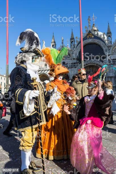 Маски Наслаждаясь Солнечный День Во Время Венецианского Карнавала Италия — стоковые фотографии и другие картинки Без людей