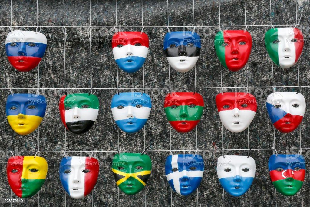 Masken in der Form nationalen Flaggen der Länder – Foto