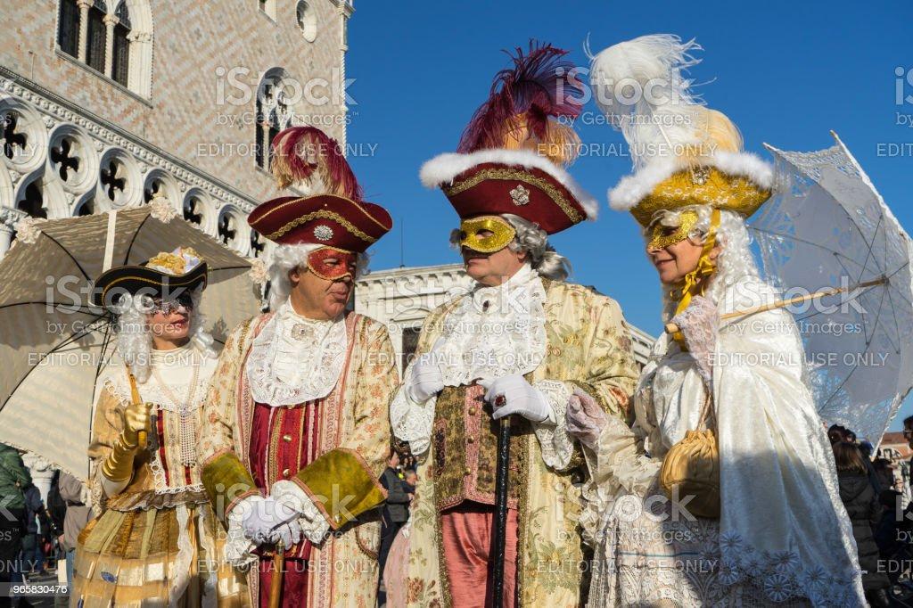 Masker som poserar under Dogepalatset, Venedig, Italien - Royaltyfri Dogepalatset - Venedig Bildbanksbilder