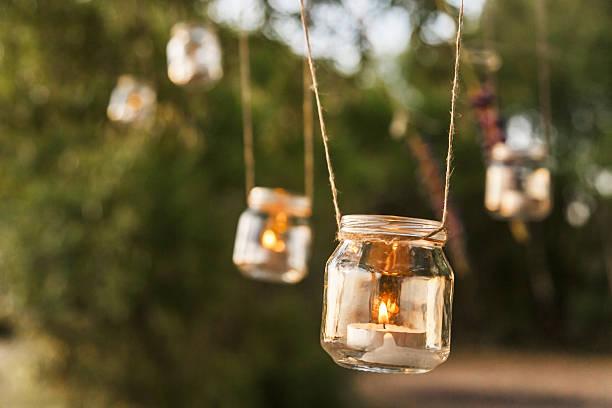 mason glas kerze hängen auf baum für ihr design - dekoleuchten stock-fotos und bilder