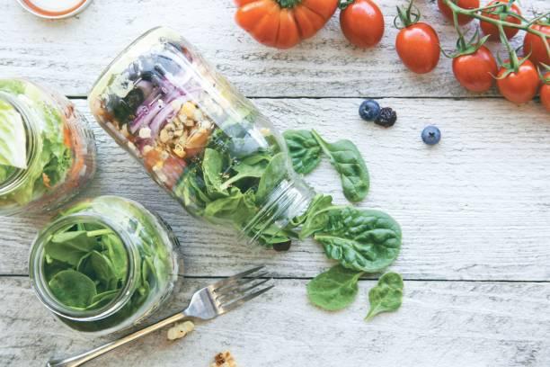 einmachglas salat - rustikale einweckgläser stock-fotos und bilder