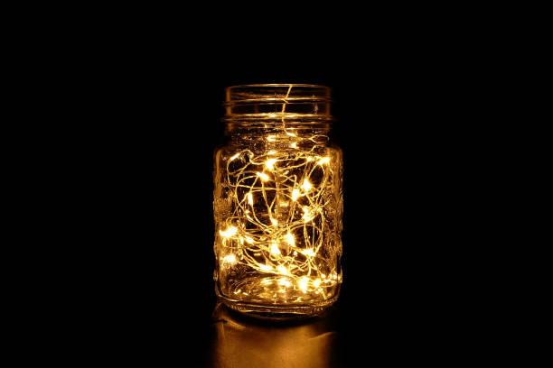 einmachglas mit lichterkette im dunkeln - rustikale einweckgläser stock-fotos und bilder