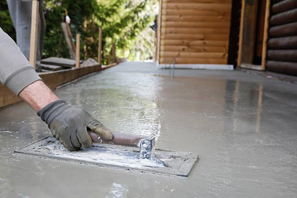 mason powerleveling und einer beton boden base - diy beton stock-fotos und bilder