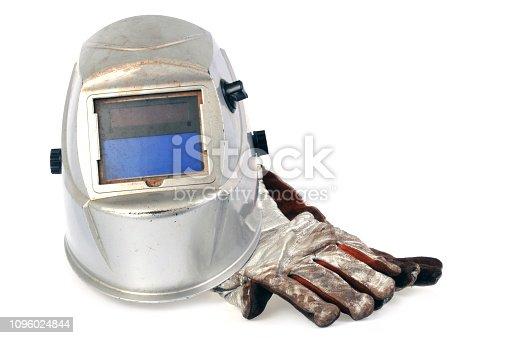 Masque et gants de soudeur sur fond blanc