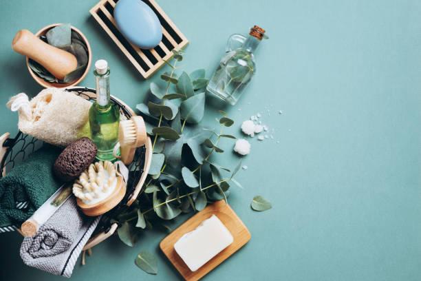 produits de massage et de spa avec l'eucalyptus sur le fond vert. zéro déchet, outils de salle de bains organiques naturelles. la vie sans plastique. soins écologiques de la peau, concept de traitement du corps - maquillage et cosmétiques photos et images de collection