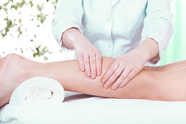 massage im schönheits-salon - wadenkrämpfe was tun stock-fotos und bilder