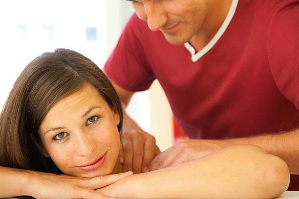 Massage von einem schönen braunen langhaarigem Frau – Foto