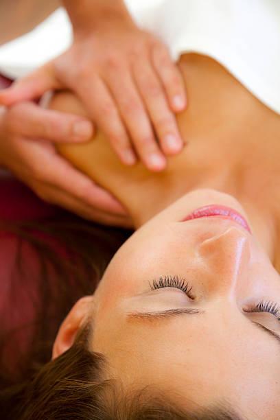 Massage von Schultern mit Fokus auf Gesicht – Foto