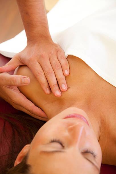 Massage von Schultern mit Fokus auf den Händen – Foto