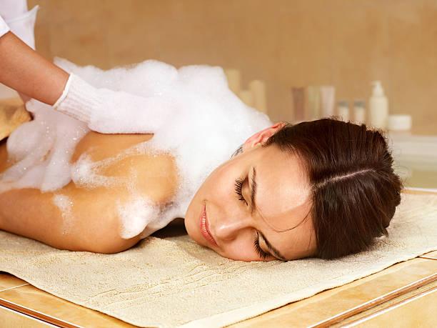 Massage für Frau im Schönheitssalon. – Foto