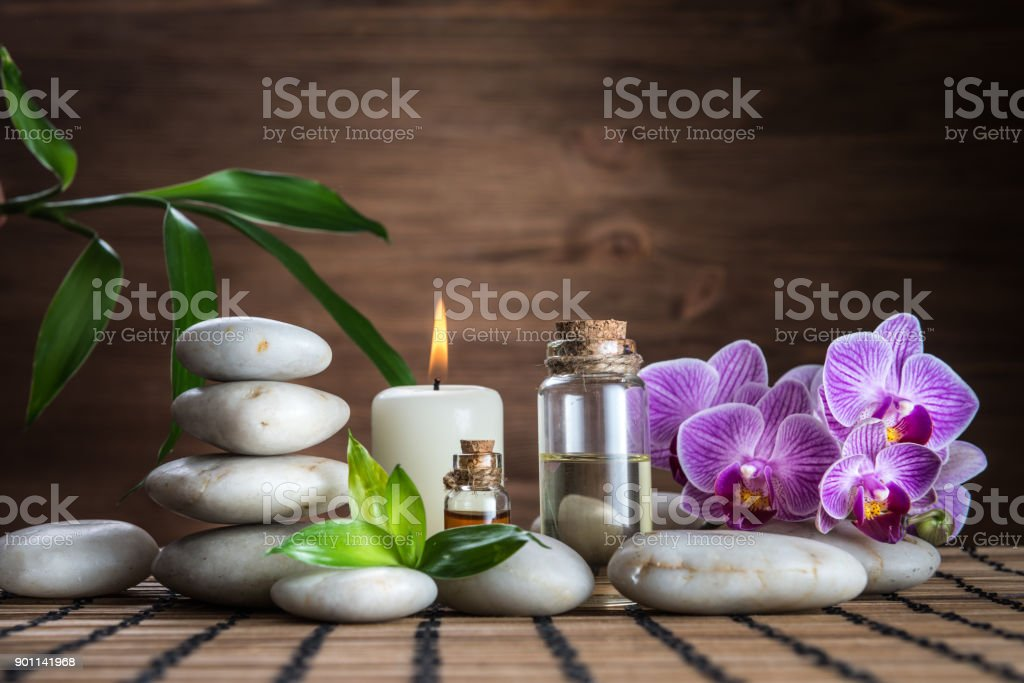 huile de massage, zen balance des blancs pierres, orchidée et bambou laisse sur la table en bois - Photo