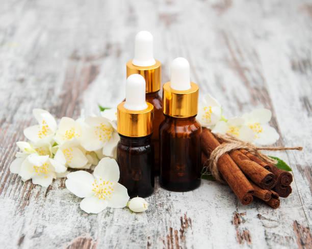 massage oils and jasmine flowers - oli, aromi e spezie foto e immagini stock