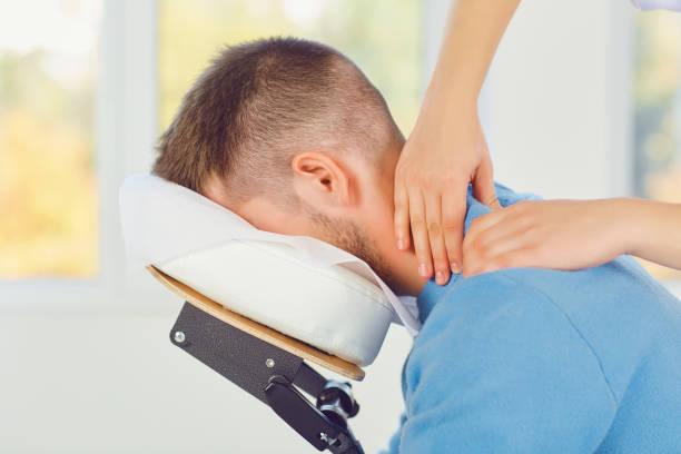 Massage auf dem Massagestuhl im Büro. – Foto