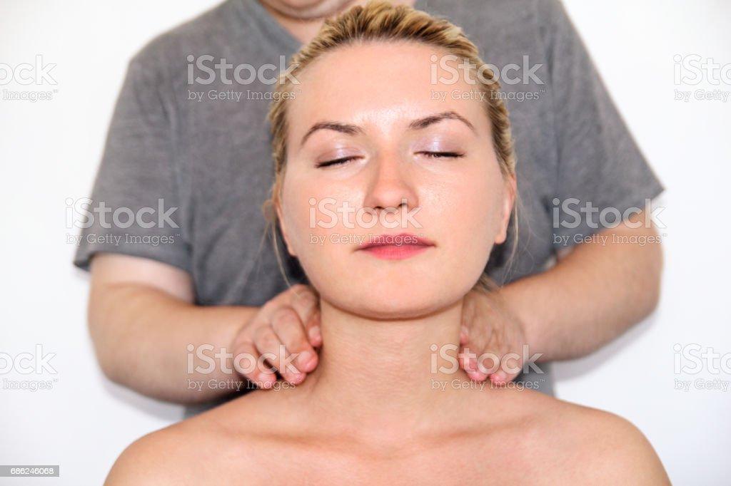 Massagem relax studio. Mulher tendo massageado o pescoço dela. Massagem terapeuta massageia os músculos do pescoço. Cuidados com o corpo. Mulher jovem e bonita relaxante com massagem no spa de beleza corpo. foto royalty-free