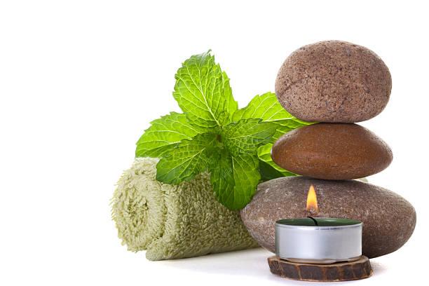 massage steine mit minze blätter - feng shui einrichten stock-fotos und bilder