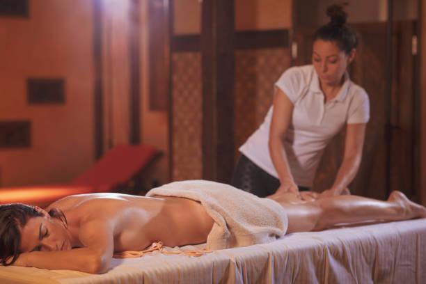 Massage-Therapeuten heilende Massage zu tun. Frau genießen entspannende Massage im Health Spa-Behandlung. – Foto