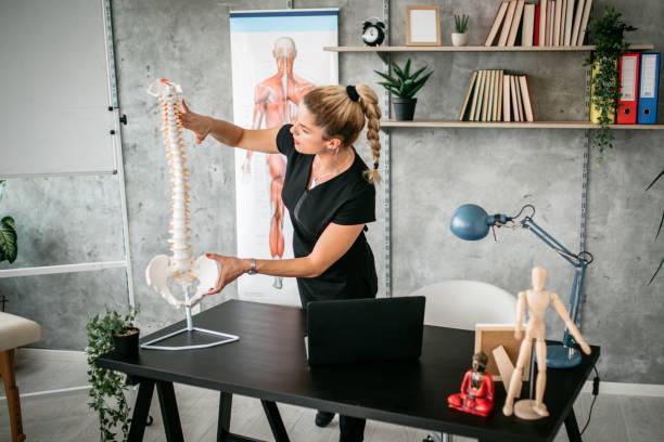 Massage Therapeut Instruktor hält Vortrag im Klassenzimmer – Foto