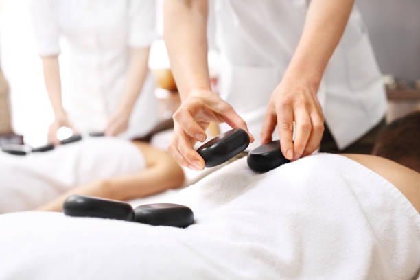 Massage mit Steinen für Liebhaber. – Foto