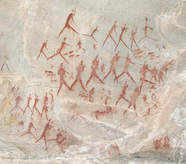 kitleler şekil hayvanlarla yürüyüş - mağara resmi stok fotoğraflar ve resimler