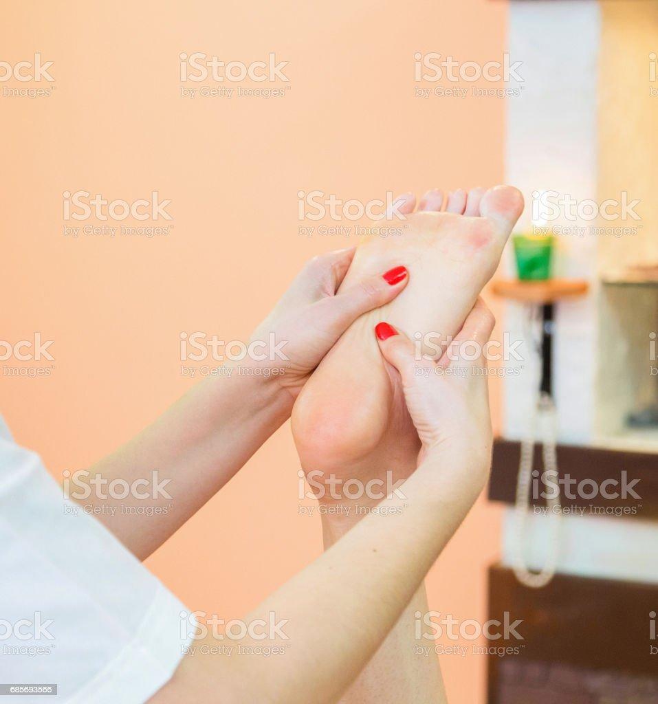 Masseur knetet den Fuß-Client. Lizenzfreies stock-foto