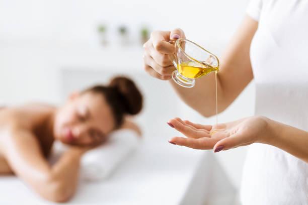 Masseur setzen Aromaöl auf die Hand, Vorbereitung für Massage – Foto