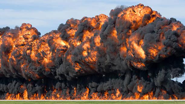 gewaltigen explosion und feuerball - große waffen stock-fotos und bilder