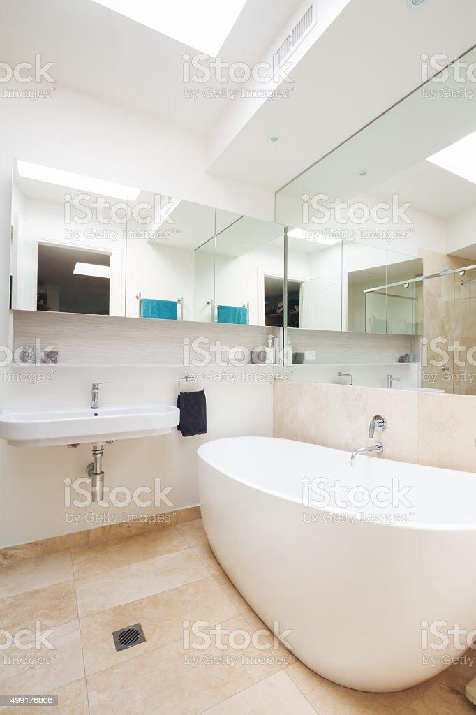 La Salle De Bains Principale Avec Grande Baignoire Blanche Dans Le Luxe  Chez Vous Photo Libre