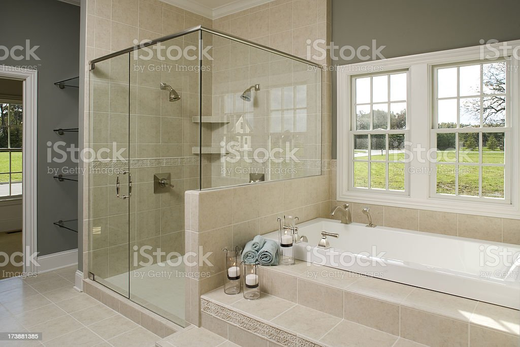 Główna łazienka Wanna I Szklane Prysznice Stockowe Zdjęcia I