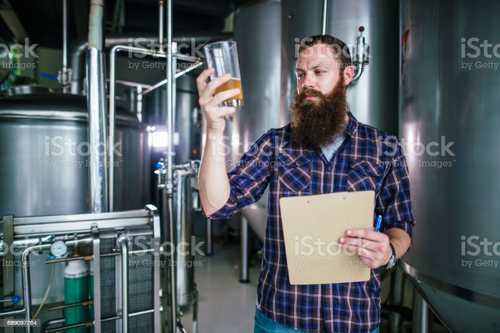 Master works in the brewery: beer testing, making remarks, quality control – zdjęcie