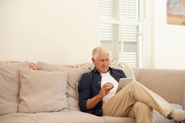 die welt der modernen technik zu meistern - sofabezüge stock-fotos und bilder