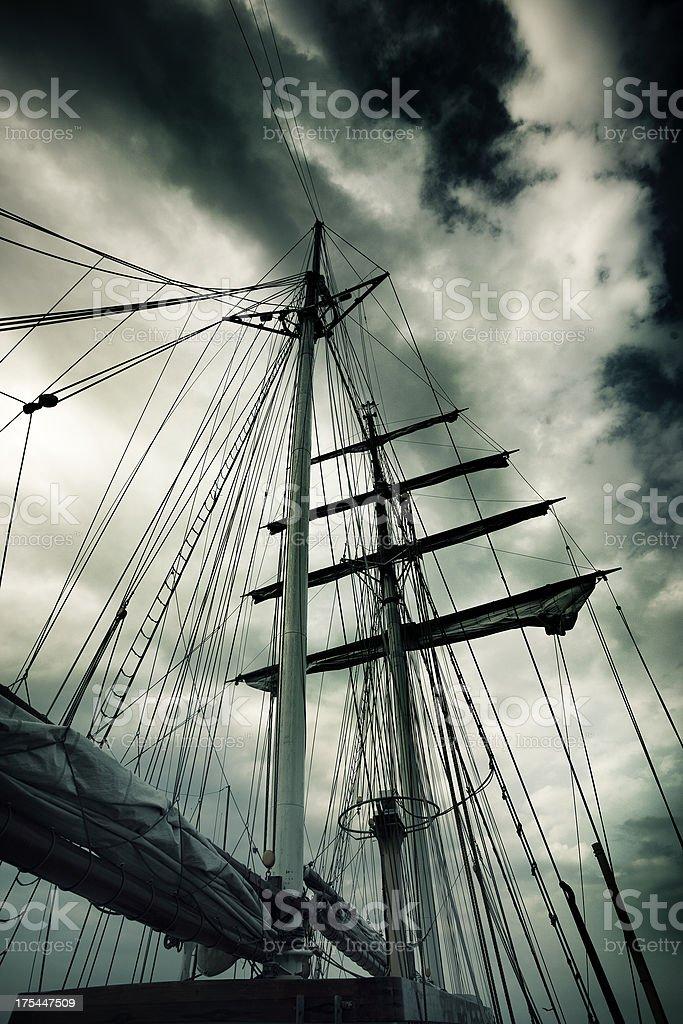 Masts einem Großsegler gegen Dramatischer Himmel – Foto