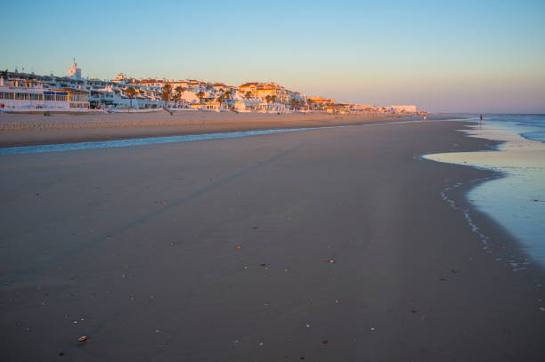 Pueblo de Matalascañas de playa al atardecer, Huelva, España - foto de stock