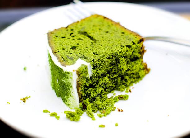 matcha kuchen - grüntee kuchen stock-fotos und bilder