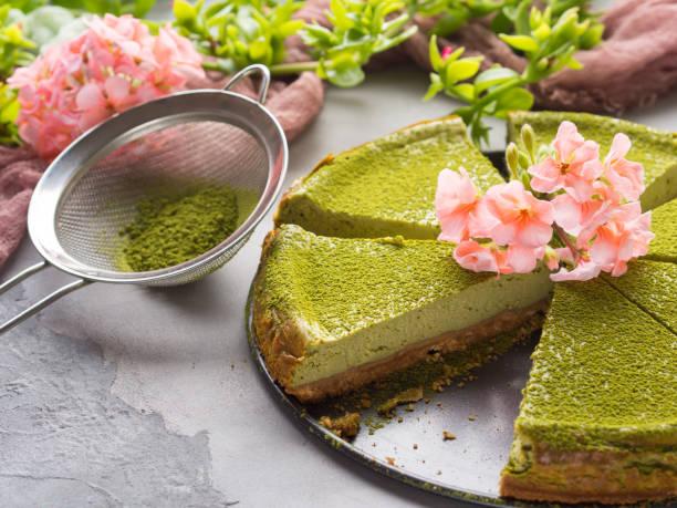matcha-käse-kuchen und blumen - grüntee kuchen stock-fotos und bilder