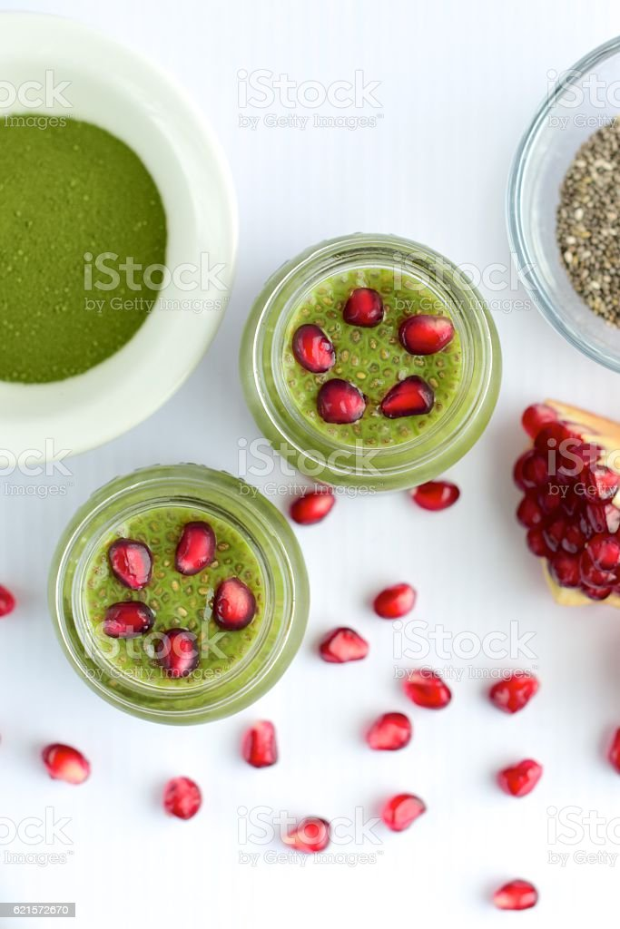 Matcha chia seed pudding with pomegranate seeds photo libre de droits