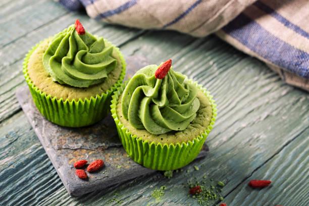 matcha-schale-kuchen - grüntee kuchen stock-fotos und bilder