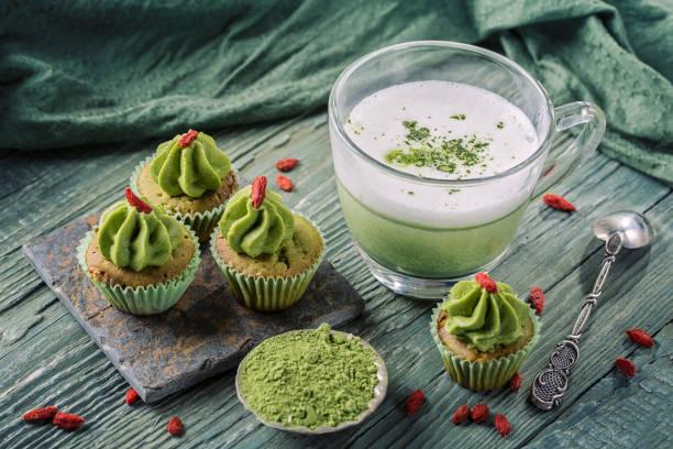 matcha-cupcakes mit goji-beere - grüntee kuchen stock-fotos und bilder
