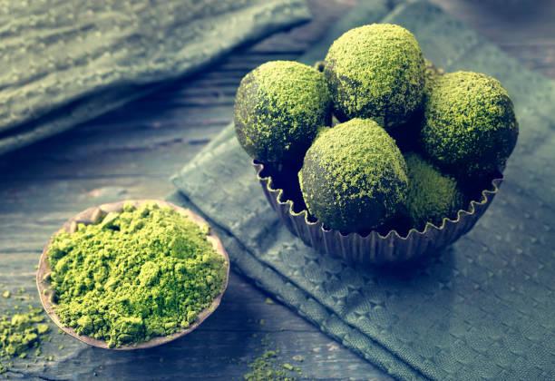 matcha-energie-kugeln - grüntee kuchen stock-fotos und bilder