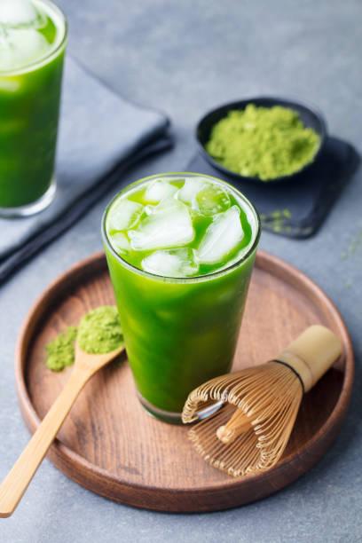 抹茶、木製プレートにガラスのグリーン アイス ティー。灰色の石の背景。クローズ アップ。 - 抹茶 ストックフォトと画像