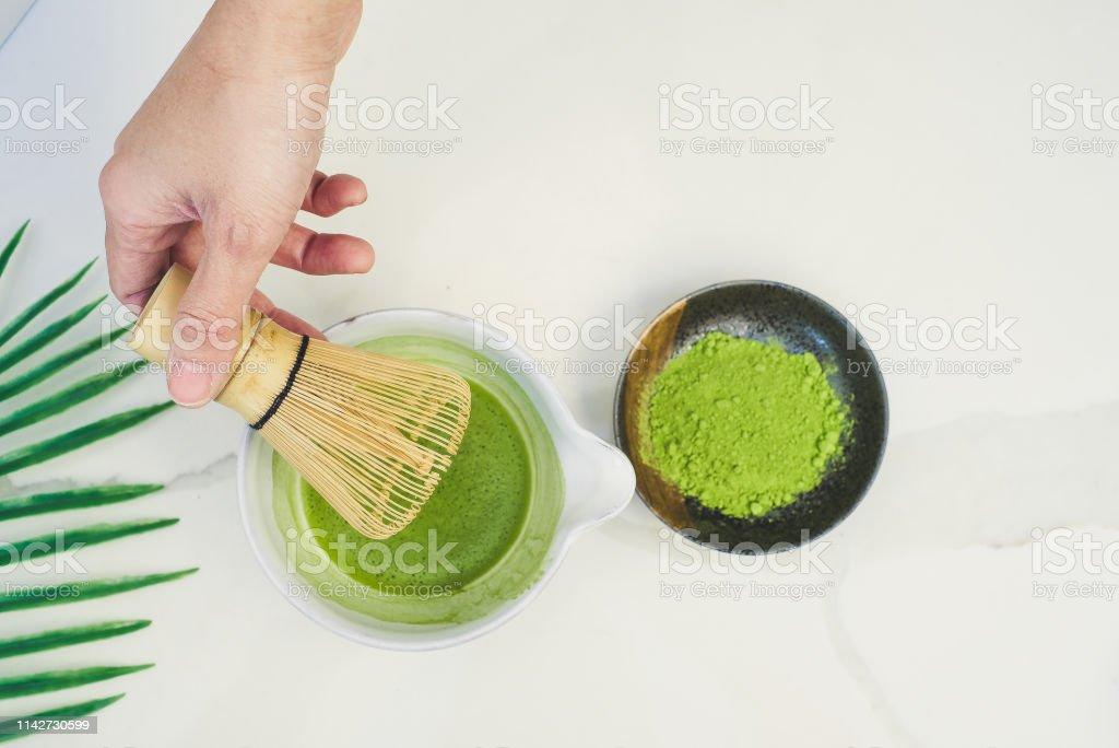 白の背景に抹茶と竹の泡立て器伝統日本茶の儀式 - オーガニックの ...