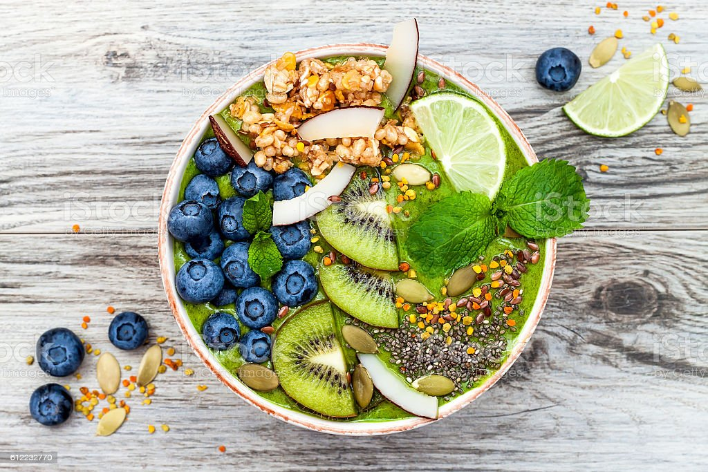 Matcha green tea breakfast superfoods smoothies bowl with chia seeds - foto de stock