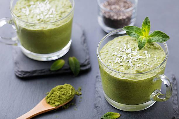 matcha grünem tee chia-samen pudding, dessert mit frischer minze - chia pudding kokosmilch stock-fotos und bilder