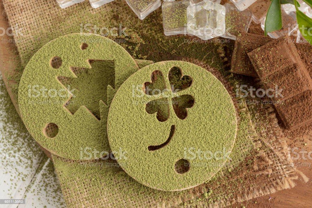 Ahşap plaka üzerinde basılı form ve çikolata Matcha yeşil çay tozu - Royalty-free Ahşap Stok görsel