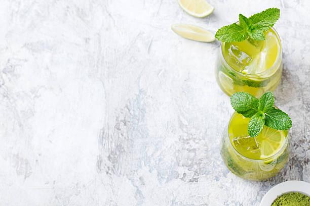 matcha vereist grünen tee und frischer minze und limette - grüner tee koffein stock-fotos und bilder