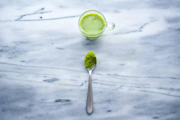 matcha latte - grüner tee koffein stock-fotos und bilder