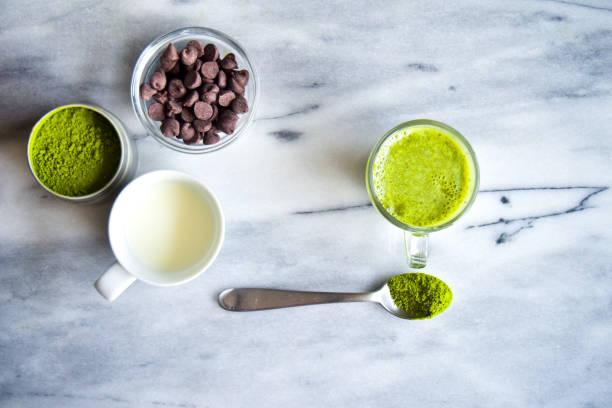 matcha-mix zutaten - grüner tee koffein stock-fotos und bilder
