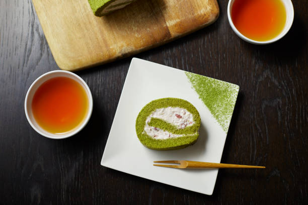 matcha-brötchen und tee - grüntee kuchen stock-fotos und bilder