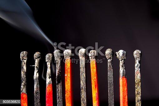 istock Streichhölzer in Reihe, abgebrannt mit Rauch 503536820