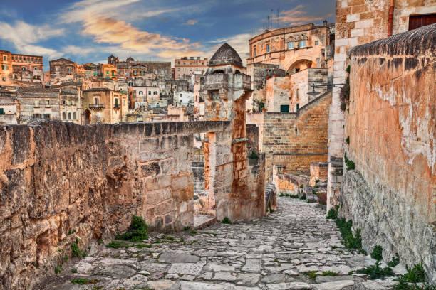 matera, basilicate, italie: vue à l'aube de la vieille ville - ville moyenne photos et images de collection